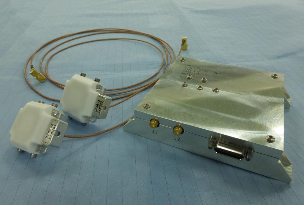 衛星搭載用デュアルアンテナGPS受信機